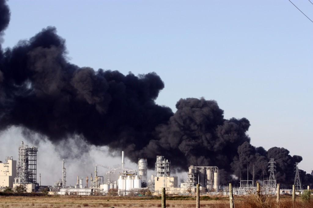 en fabrik med masser af sort røg