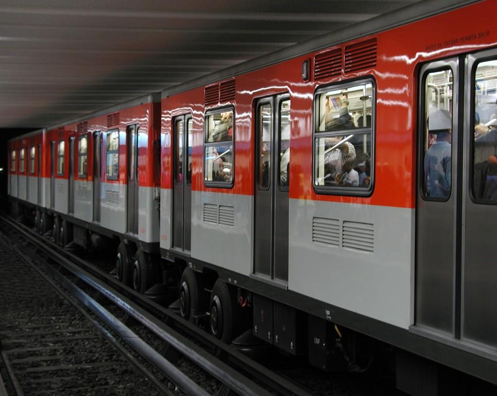 et tog holder parkeret i metroen