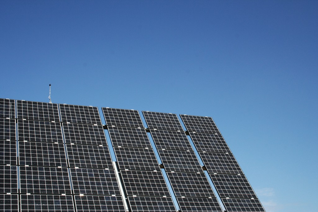 et solcellepanel og en blå himmel