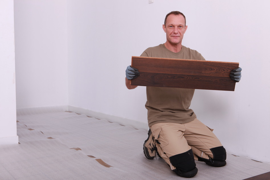 man lægger gulvplader på efter at have isoleret gulvet