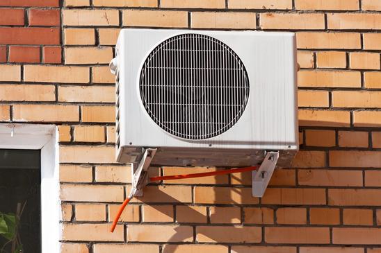 en varmepumpe hænger på en mur